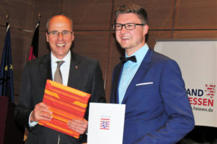 Tobias wird von Innenminister Beuth geehrt. Foto: nh