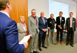 Ihre erste Vollversammlungssitzung in der neuen Wahlperiode: IHK-Präsident Jörg Ludwig Jordan (links) verpflichtet die Unternehmer (v.l.) Ellen Kördel-Heinemann (Hch. Kördel GmbH, Guxhagen), Ingo Buchholz (Kasseler Sparkasse), Andreas Fehr (FEHR Umwelt- und Verfahrenstechnik GmbH, Lohfelden), Robert Aschoff (LMVH GmbH, Kassel), Andreas Caprano (Technoform BAUTEC Kunststoffprodukte GmbH, Lohfelden) und Hartwig Pietzcker (Autokühler GmbH & Co. KG, Hofgeismar). Foto: nh
