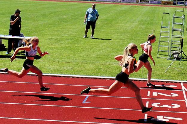 Vivian Groppe setzt sich im Vorlauf mit 12,25 Sekunden, neue HLV-Jahresbestzeit der U16, vor Carolin Schlung durch. Foto: nh