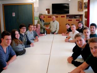 Max Weigel und Andreas Göbel im Kreis der Schülerinnen und Schüler des Leistungskurses Geschichte am Schwalmgymnasium. Foto: nh