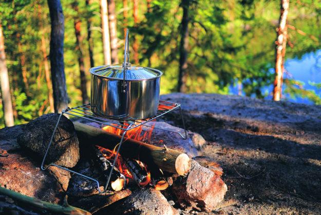 Bei aller Lehre über Boden- und Klimaschutz kommt die Lagerfeuerromantik nicht zu kurz. Foto: LUM3N | Pixabay