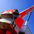 Der Schwerlastkran hebt über der A7 Beton-Fertigteile an Ort und Stelle. Symbolfoto: Turmfalke | Pixabay