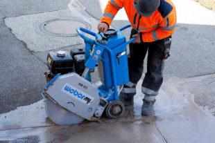 Mit dem Asphaltschneider wird in Kürze die Fahrbahn aufgeschnitten und für den Tiefbau vorbereitet. Symbolfoto: Stefan Schweihofer | Pixabay