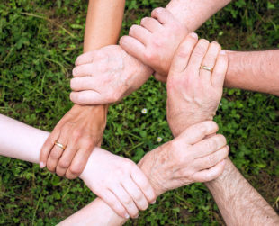 Wer für sich allein die Hand öffnet, kann nichts mehr für den Zusammenhalt der Gemeinschaft tun. Foto: Anemone123 | Pixabay
