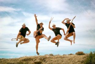 Die Xanguito Gruppe macht einen Luftsprung. Foto: nh