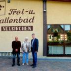 Cafeteria-Betreiber Hassan Mirfeizi, Mitarbeiterin Angelika Hauptmann, Bürgermeister Klemens Olbrich (v.li.). Foto: nh