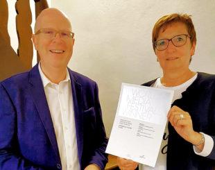 Rainer Wälde und die Geschäftsführerin des Rotkäppchenlandes, Heidrun Englisch freuen sich über den internationalen Filmpreis. Foto: nh