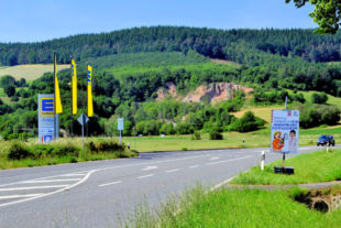 An der Edeka-Einfahrt steht das Hinweisschild von verkehr.hessen.de, das auf die Sperrung der Bundesstraße hinweist. Foto: Schmidtkunz