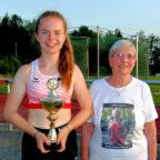 Aus den Händen von Waltraud Diele nahm Vivian Groppe den Pokal für die beste Leistung im Sprint-Zweikampf entgegen. Foto: nh