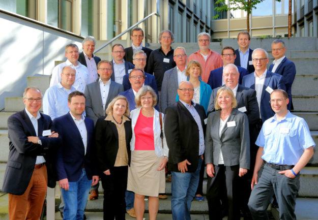 Die Mitglieder des IHK-Ausschusses für Infrastruktur, Verkehr & Logistik am Rande ihrer ersten Sitzung. Foto: nh