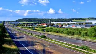 HDR-Effekt: Eine endlose Schlange von «Geisterfahrern« passiert auf der A7 den Autohof Malsfeld. Foto: Schmidtkunz