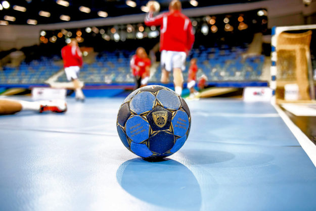 Der Ball liegt bereit, bald geht es im MT-Handball wieder rund. Foto: Alibek Käsler
