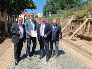 Landrat Winfried Becker, Bürgermeister Hartmut Spogat, Staatssekretär Mark Weinmeister und Kreistagsvorsitzender Michael Kreutzmann (v. li.). Foto: ©Staatskanzlei
