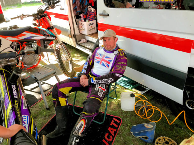 Nach seinem Sturz ging es für den britischen MT-Fahrer erstmal ins Fahrerlager.  Foto: Daniel Pfaff