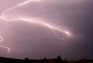 Blitze zucken über den Himmel. Foto: Schmidtkunz