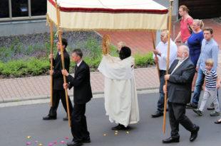 Kirchenälteste der Pfarrgemeinde Mariae Himmelfahrt beschirmen das Heiligtum. Foto: nh