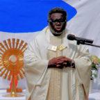 Pfarrer Josef Nzati Mabiala predigt von der vermehrung der gesegneten Brote. Foto: nh