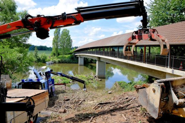 Im Treibgut an der Fuldabrücke wurde das vermisste Mädchen nun tot geborgen. Foto: Polizei