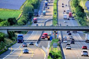 Die Baustelleneinrichtung hat begonnen, ab dem 25. Juni geht es mit den Einrüstarbeiten an der Brücke zum Gewerbegebiet Ostheim los. Foto: Schmidtkunz
