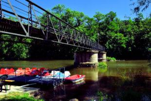 Der Bootsverleih an der Melsunger 2-Pfennig-Brücke öffnet von Mai bis Oktober. Foto: Schmidtkunz