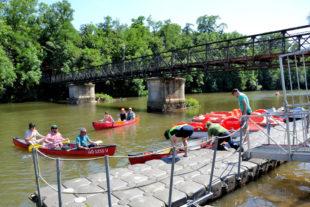 Auch für Kanuten ist der Schwimmponton an der 2-Pfennig-Brücke ein wichtiger Anlaufpunkt. Grund genug, in die Hafen-Infrastruktur weiter zu investieren. Foto: Schmidtkunz