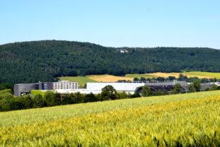 B. Braun Melsungen AG, Werkanlage Pfieffewiesen; im Hintergrund die Anlagen am Stadtwaldpark. Foto: Schmidtkunz
