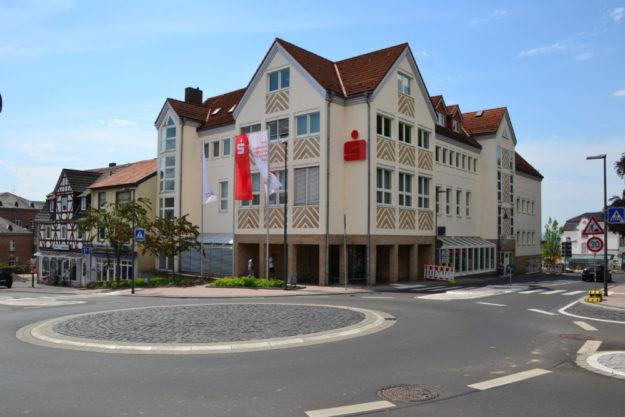 Sparkassengebäude an der Drehscheibe, Juni 2019. Foto: Schmidtkunz