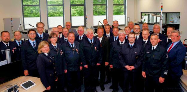 Landrat Winfried Becker im Kreise der Geehrten sowie die jeweiligen Bürgermeister und die Gemeinde- und Stadtbrandinspektoren. Foto: nh