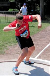 Der 14-jährige Luis André bei seinem Rekordstoß von 14,70 Meter. Foto: nh