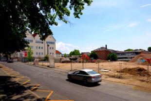 Wo einst das Autohaus stand, wird ein modernes Einzelhandelszentrum entstehen. Foto: Schmidtkunz