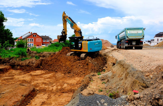 Die Erdbauarbeiten an der Drehscheibe kommen in eine entscheidende Phase: Das Material soll vor allem in den Sommerferien abgefahren werden. Foto: Schmidtkunz