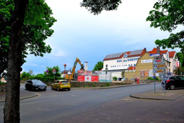 Die Baulücke in der Ziegenhainer Straße soll fristgerecht mit neuem Geschäftsleben erfüllt, sprich: bebaut werden. Foto: Schmidtkunz