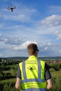 Drohnenpilot Stefan Vones aus Ottrau widmet seine volle Konzentration dem Drohnenflug. Foto: Andrea Imhäuser | LLH