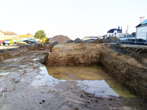 Eine große Baugrube entstand dort, wo einst der Euro Döner stand. Die Erdarbeiten für das neue Einkaufszentrum haben begonnen. Foto: Uwe Dittmer
