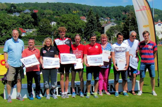 Ehrung der Nachwuchsvereine des Jahres 2018 - links HLV-Geschäftsführer Thomas Seybold, daneben Hans-Jörg Engler, Chef der Melsunger Leichtathleten. Foto: nh