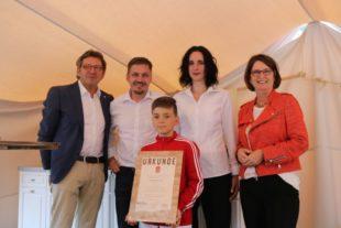 Von links: Johann Ferber, Aufsichtsratsvorsitzender der MGH Gutes aus Hessen GmbH; Olaf Nolte mit seiner Frau Joy und Sohn; Landwirtschaftsministerin Priska Hinz. Foto: nh