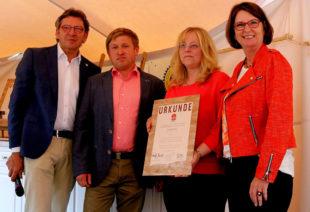 Der Landwirtschaftlicher Betrieb Kuchar wurde ebenfalls ausgezeichnet (v.li): Johann Ferber, MGH-Aufsichtsratsvorsitzender; Frank Kuchar mit seiner Frau; Landwirtschaftsministerin Priska Hinz. Foto: nh