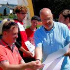 Hans-Jörg Engler erhält aus den Händen von Thomas Seybold - HLV-Geschäftsführer Urkunde und Scheck. Foto: nh