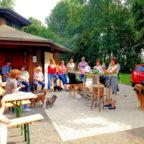 In geselliger Runde feierten Ehrenamtliche, Helfer und Spender das Sommerfest der Katzenhhilfe. Foto: nh
