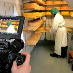 Dreharbeiten zum Thema Wirtschaftsstandort im Käselager der Familie Heinmöller in Dittershausen. Foto: Stadt Schwalmstadt