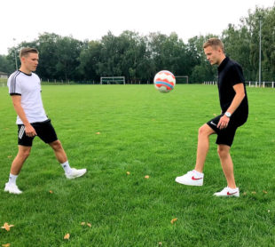 Sebastian Müller und Johannes Müller (re.) stimmen mit ein paar Ballwechseln aufs Jubliläumsturnier ein. Foto: nh