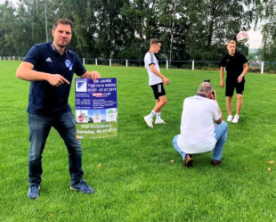 TSV-Vorsitzender Lars Berger zeigt am Plakat, was für ein abwechslungsreiches Programm auf die Gäste wartet. Foto: nh