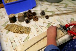 Für ein Insektenhotel müssen einige Baumaterialien sauber zugeschnitten werden. Foto: Hephata