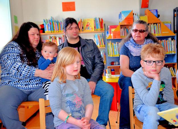 Den Gästen in der Stadtbücherei vermittelte der VdK ein Gefühl dafür, was Barrierefreiheit bedeutet. Foto: nh