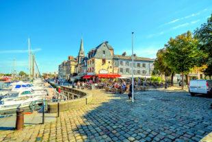 Leben wie Gott in Frankreich, resp. am Hafen von Honfleur, sei allen gegönnt. Wer noch Fragen bezüglich »Schule« hat, kann die Hotline anrufen. Foto: Kirk Fisher   Pixabay