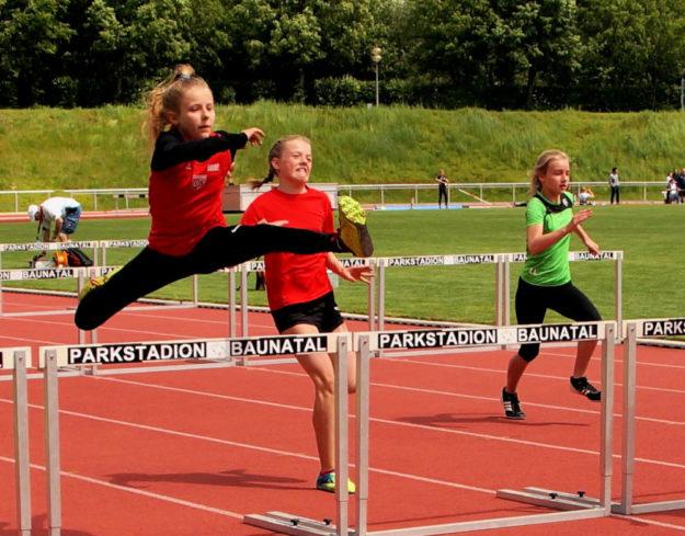 Leonie Harle fliegt geradezu über die Hürden hinweg, als sei es ein Klacks. Foto: Bernd Feldmann