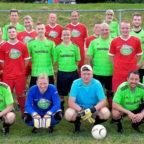 Die Fußballmannschaft der Kreisverwaltung in den grünen Trikots, nach dem gestrigen Freundschaftsspiel bei den Altherren von Rot-Weiß Freudenthal, welches mit 6:2 für die BSG der Kreisverwaltung ausgegangen ist. Foto: nh