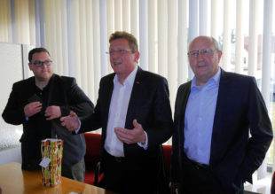 Ehrengast Stefan Sauer (Mitte) referierte über »Digitales auch im ländlichen Raum«. Foto: nh
