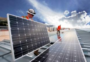 Aufbau eines Photovoltaik-Kraftwerks. Foto: nh