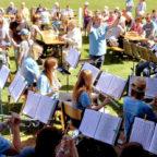 Musik zum 100. TSV-Geburtstag: So wie beim Platzkonzert 2018 auf dem Sportplatz in Neuenbrunslar (unser Bild) wird das Blasorchester mit seinem Dirigenten Torsten Eckerle auch zum Jubiläum aufspielen. Foto: nh